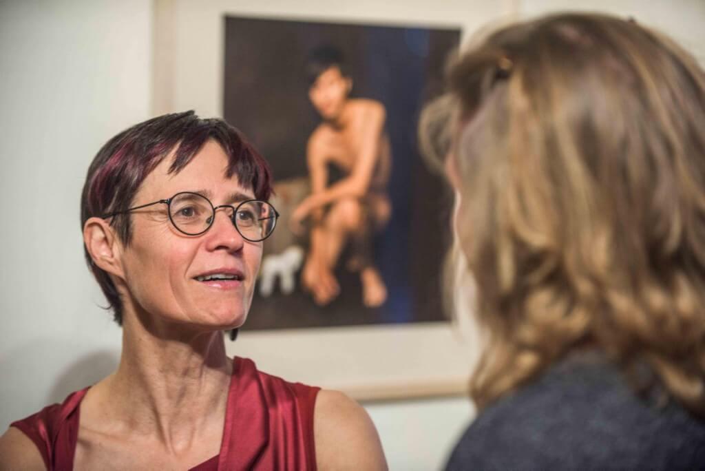 """neue Ausstellung Galerie Markt 21, Weimar """"Just People - Akzeptanz"""" Fotoausstellung von Cornelia Schmidt (im Roten Kleid) Foto: Maik Schuck / Weimar"""